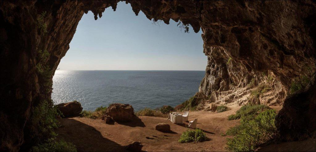 Breakfast in a cave | 700'000 Heures
